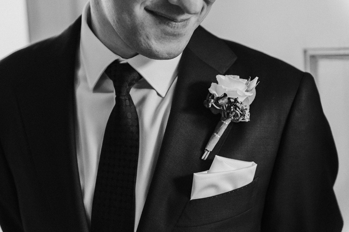 Blumenschmuck am Bräutigam