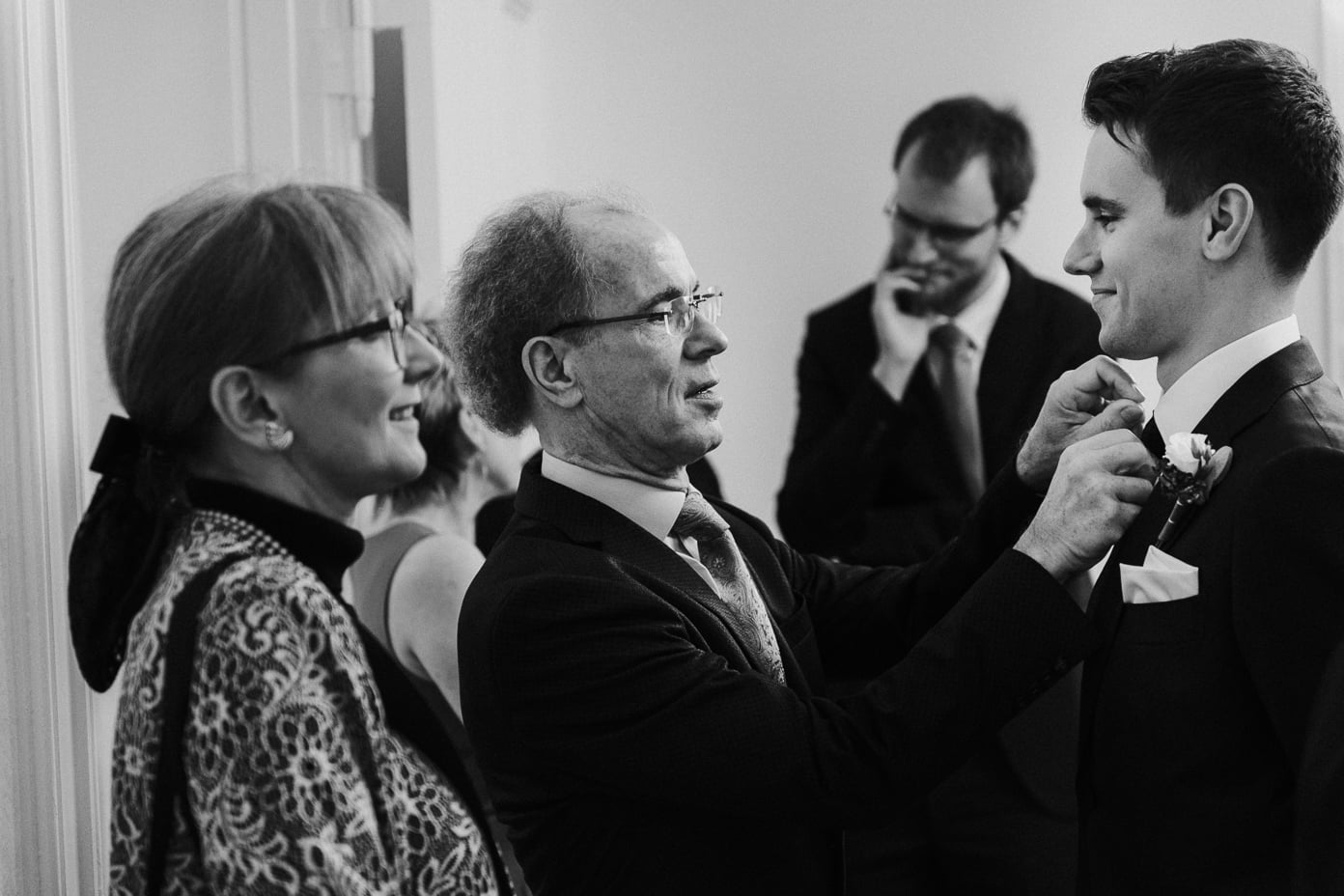 Die Krevatte des Bräutigams wird gerichtet
