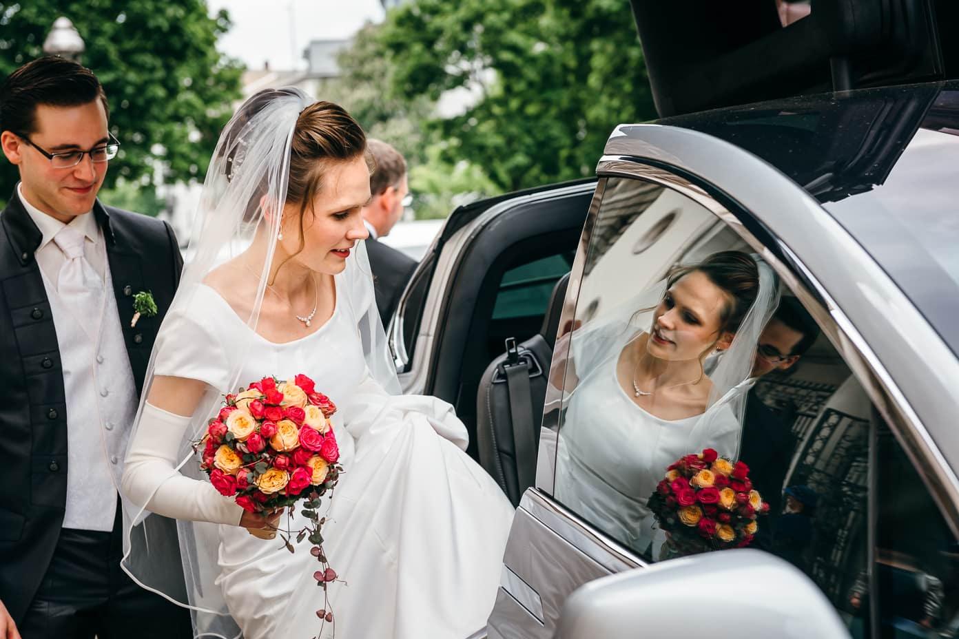 Braut steigt in das Brautauto