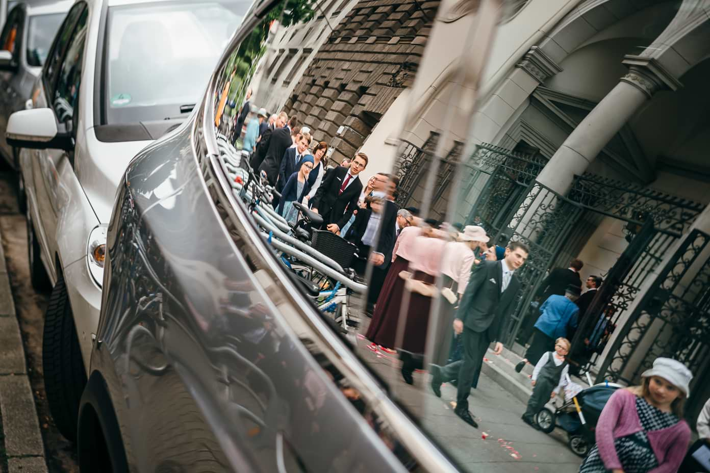 Spiegelung der Gäste in Autoscheibe
