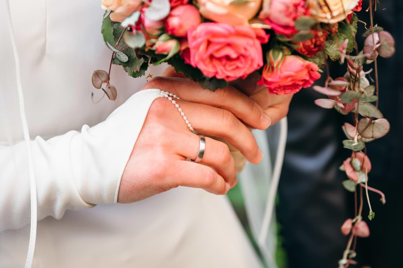 Ehering an der Hand der Braut