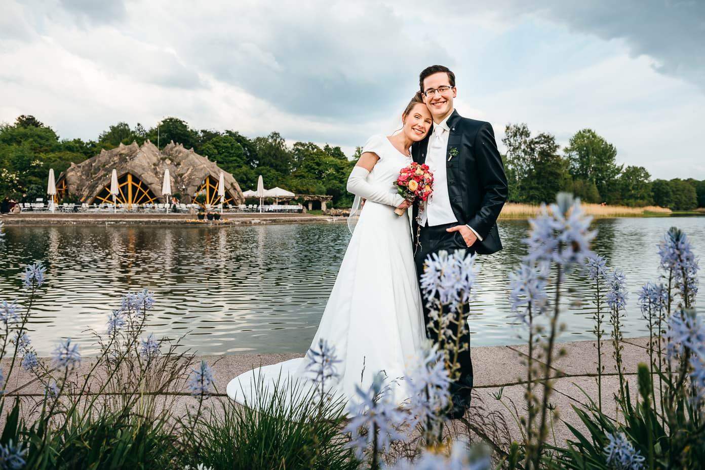 Hochzeitspaar vor dem See im Britzer Garten