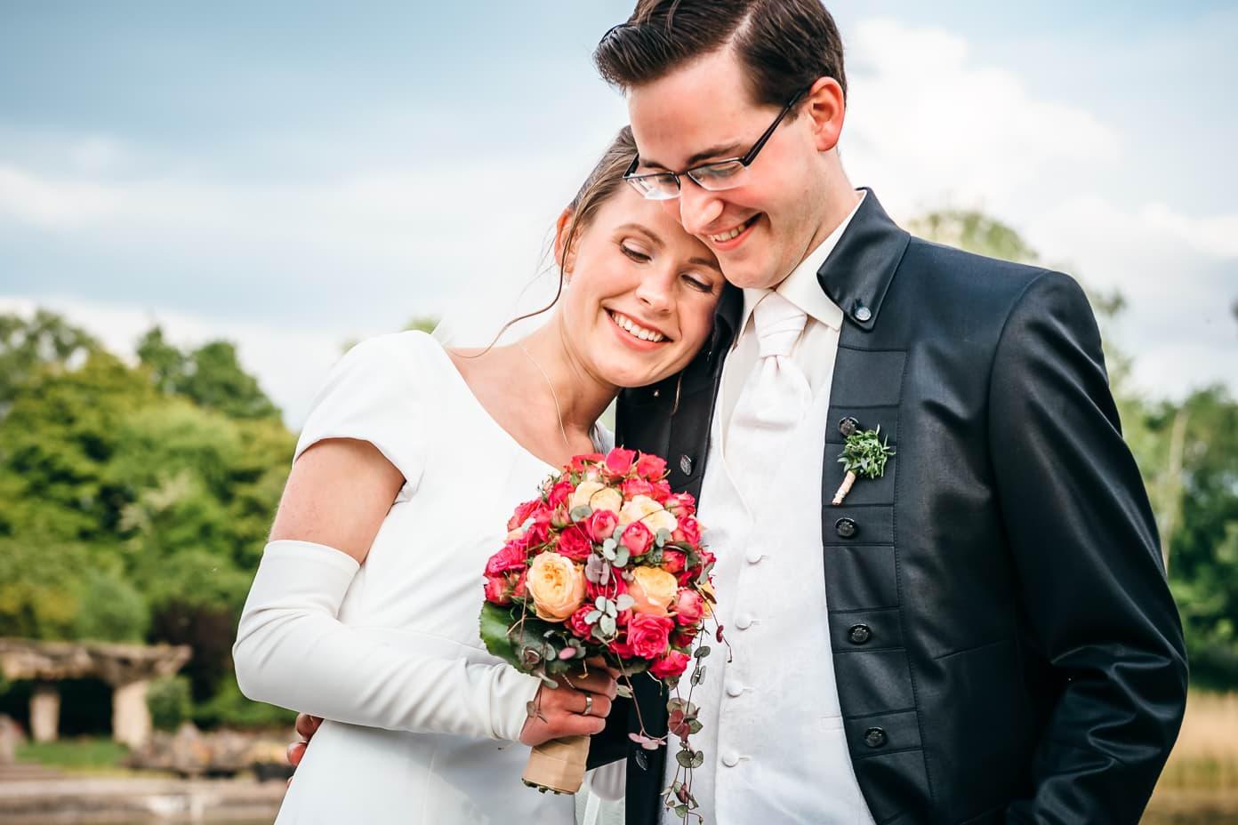 Brautpaar mit Brautstrauß - close