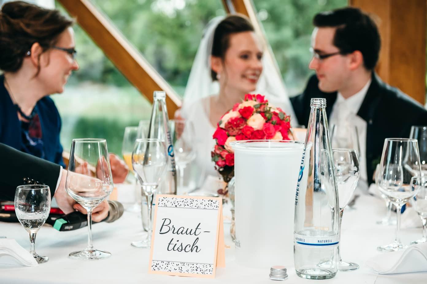 Brautpaar am Tisch