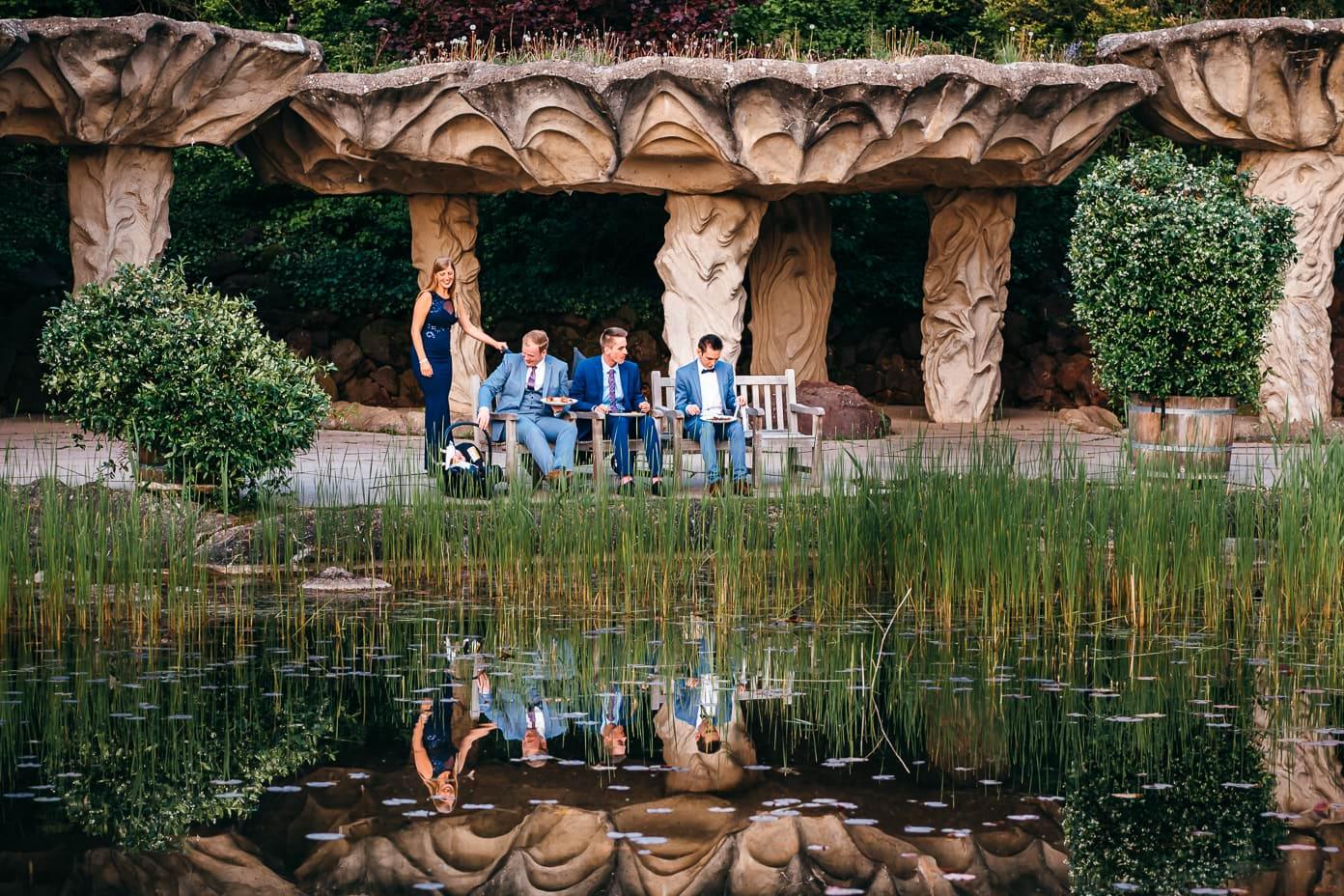 Hochzeitsgäste an der Grotte