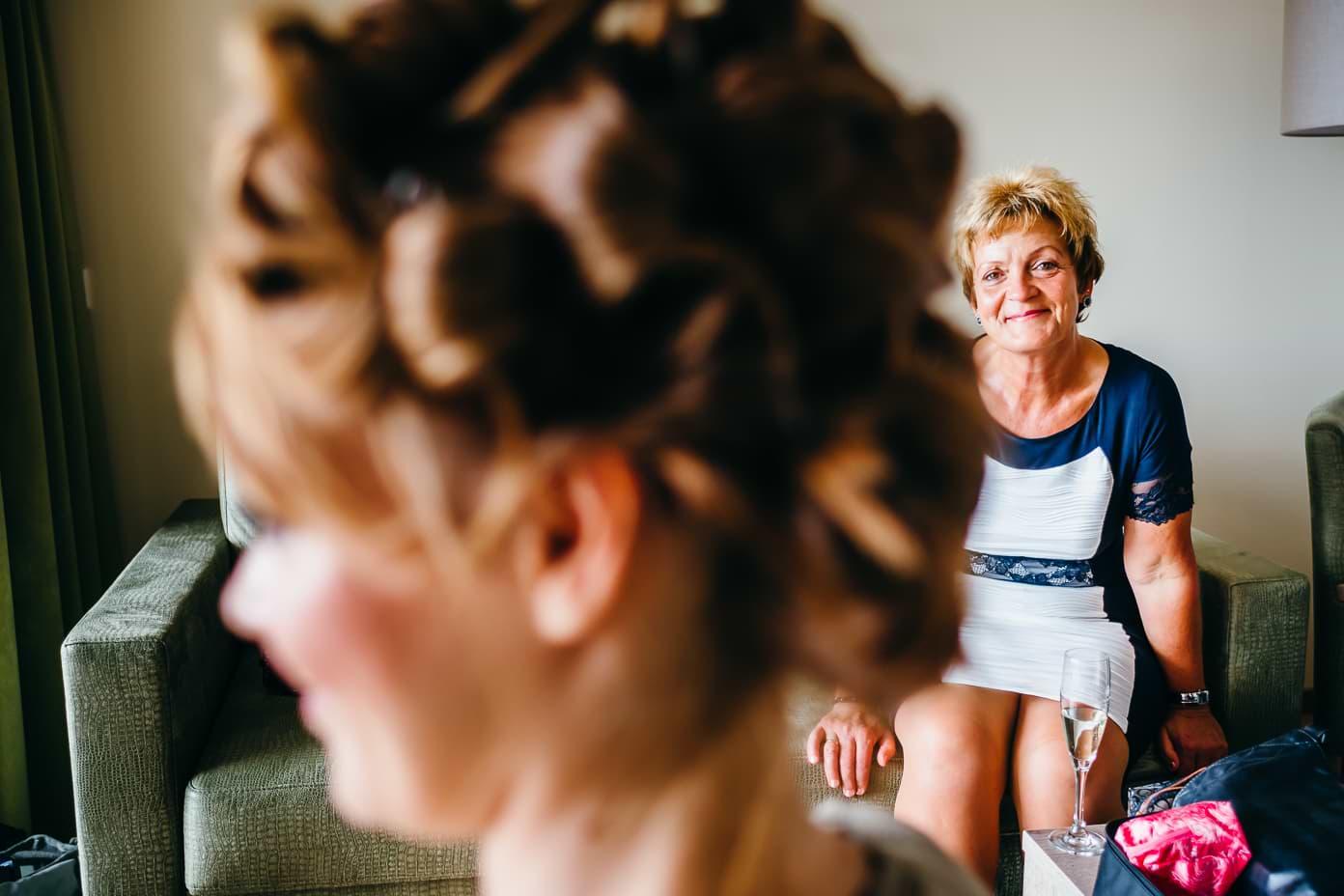 stolze Brautmutter betrachtet Braut