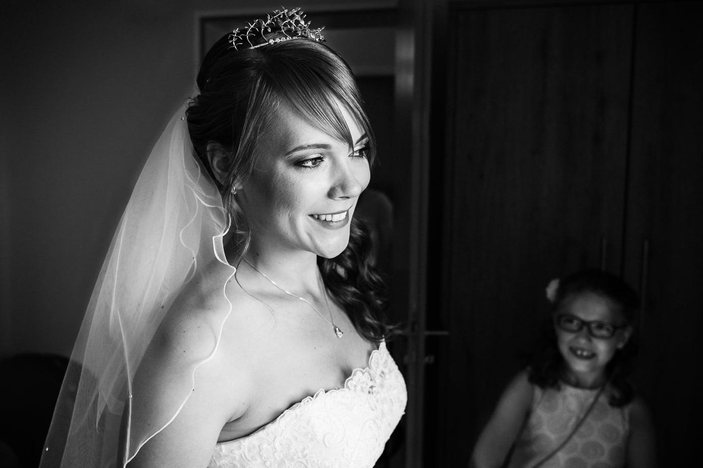 Braut wird bestaunt von Kind beim Getting Ready