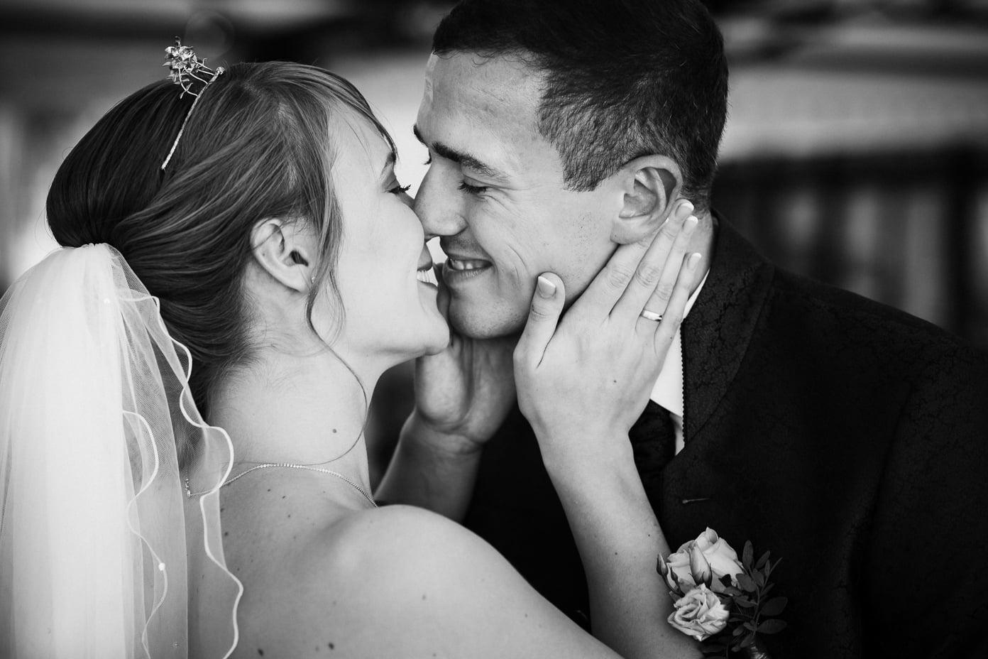 Das frisch vermählte Paar küsst sich