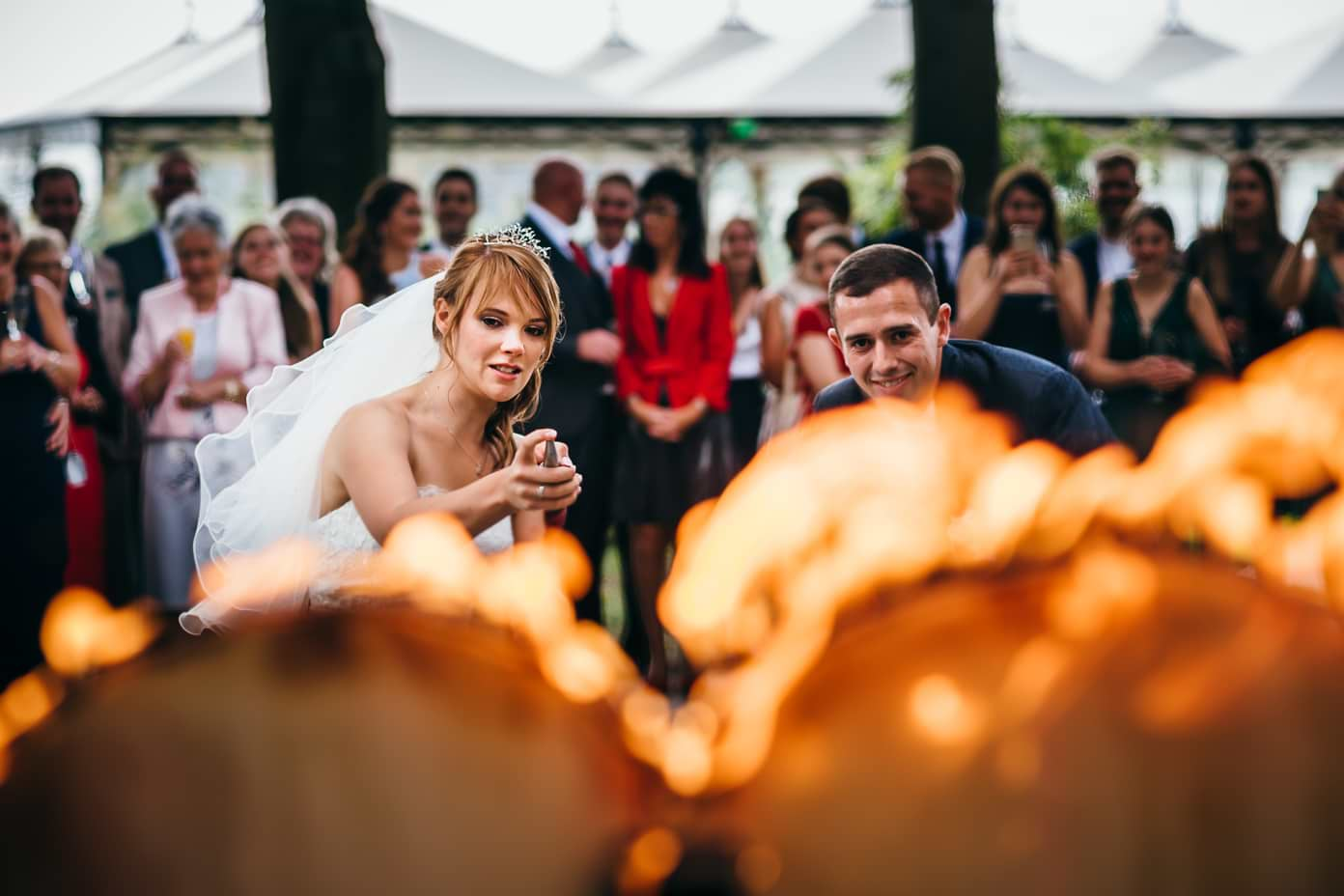 Braut löscht brennendes Herz