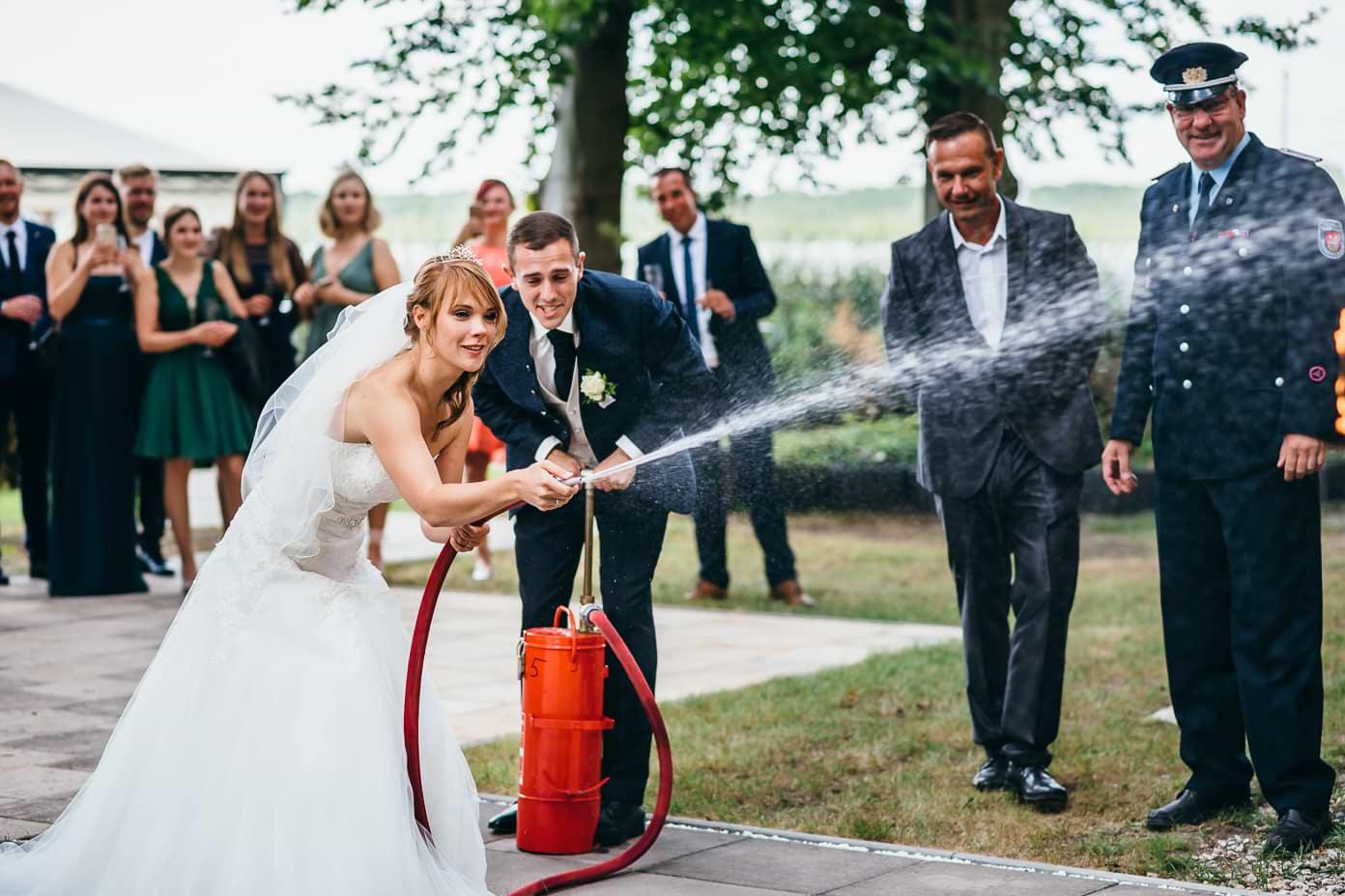 Braut bei der freiwilligen Feuerwehr