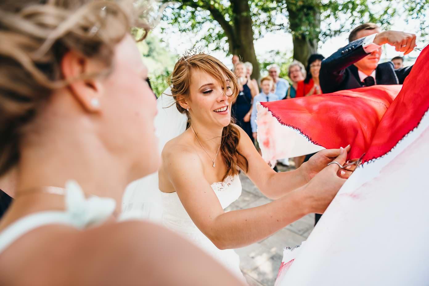 Braut zerschneidet Bettlaken-Herz