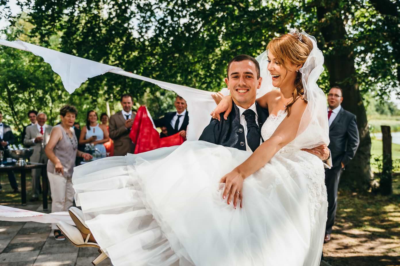 Bräutigam trägt Braut durch das Herz