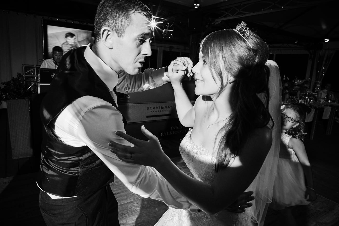 tanzendes Brautpaar in schwarz-weiss