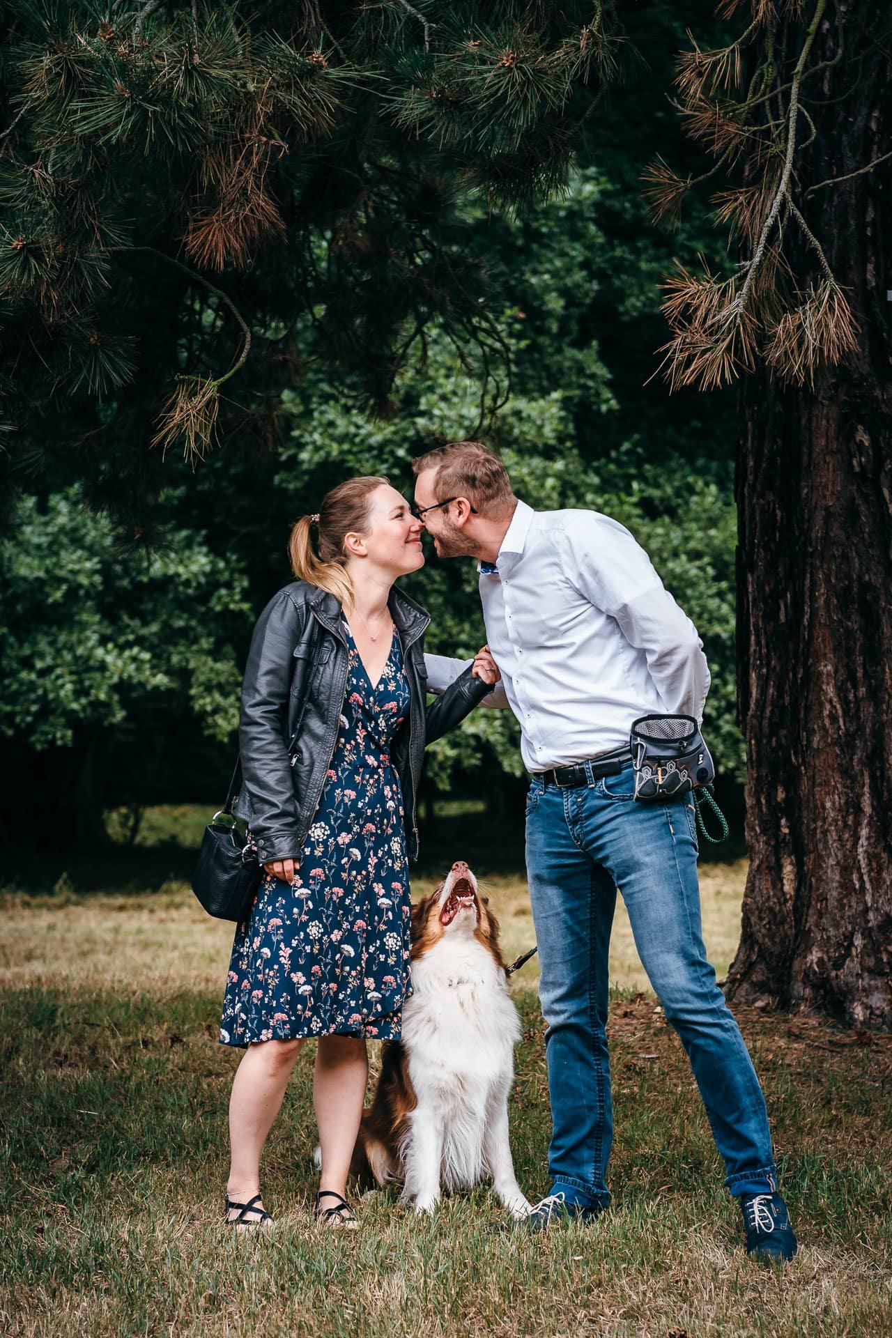 Verliebtes Paar mit Hund