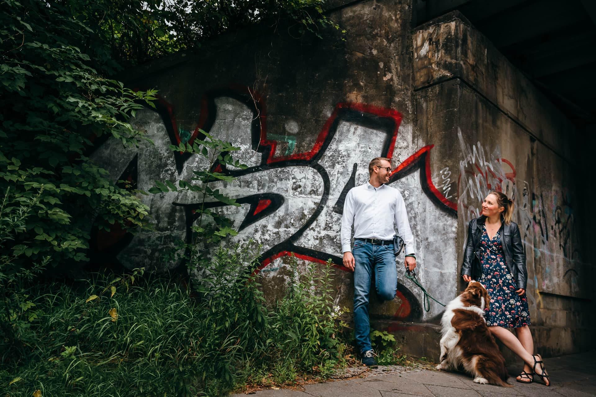 Paar mit Hund an Brücke