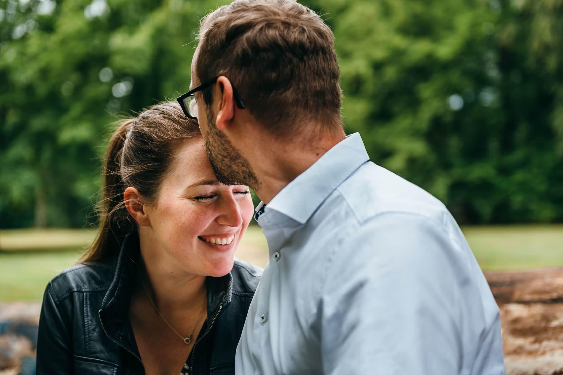 Küssendes Paar beim Engagement-Shooting