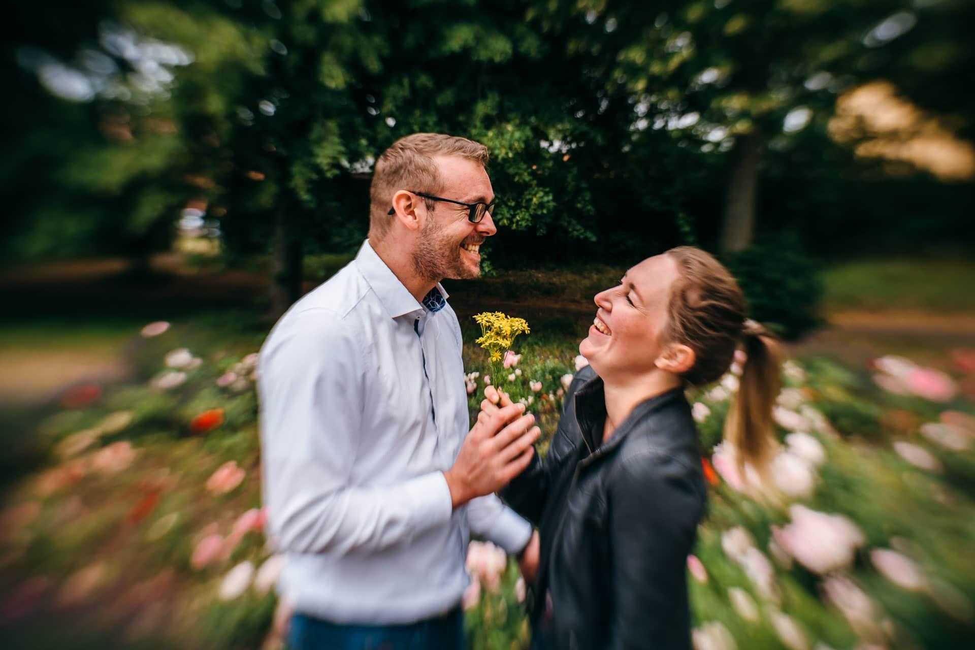 Paar mit einer Blume
