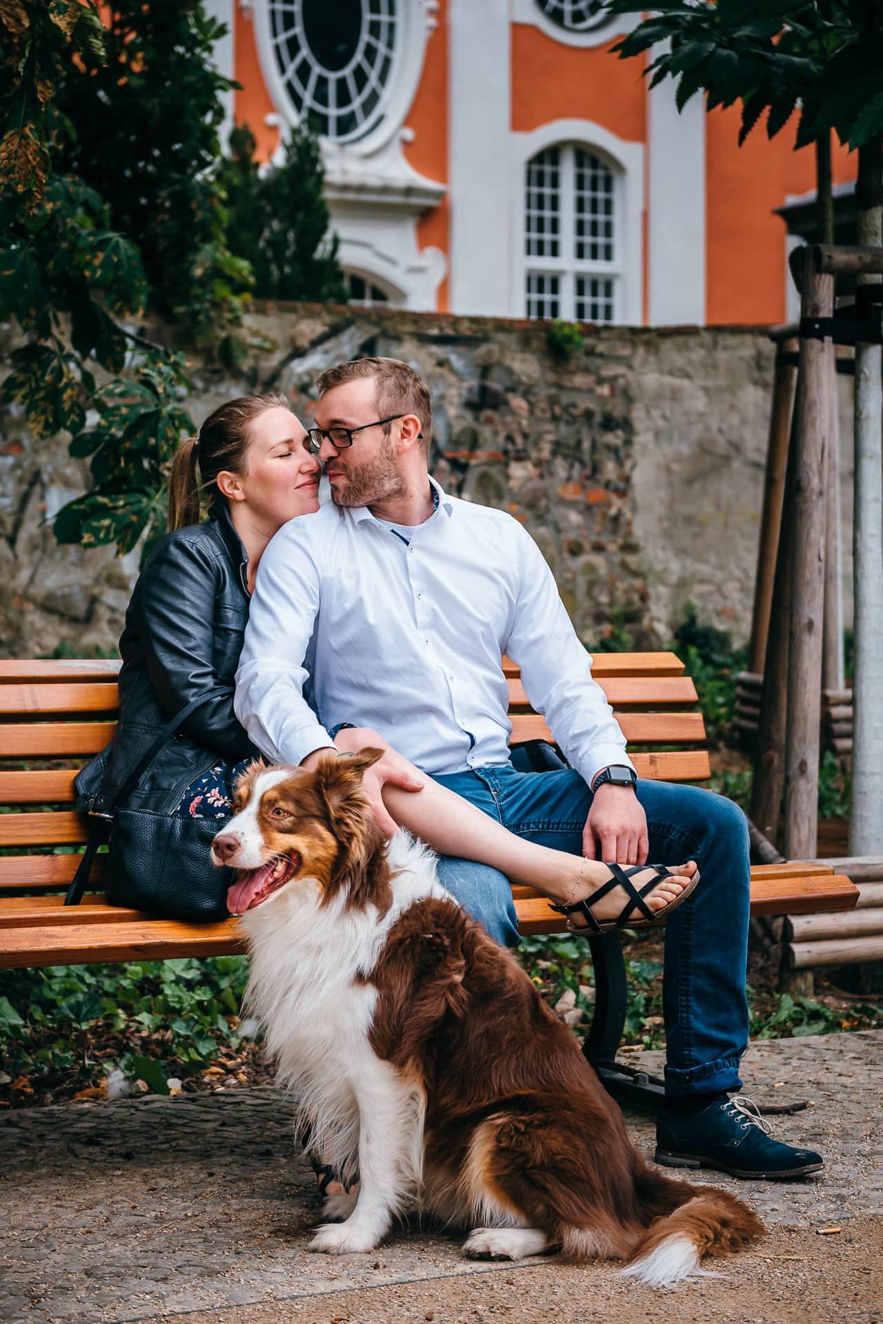Paar mit Hund auf einer Parkbank