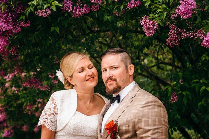 Brautpaar mit Flieder