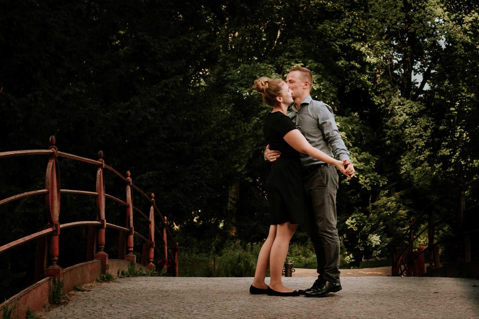 Paar tanzt auf einer Brücke