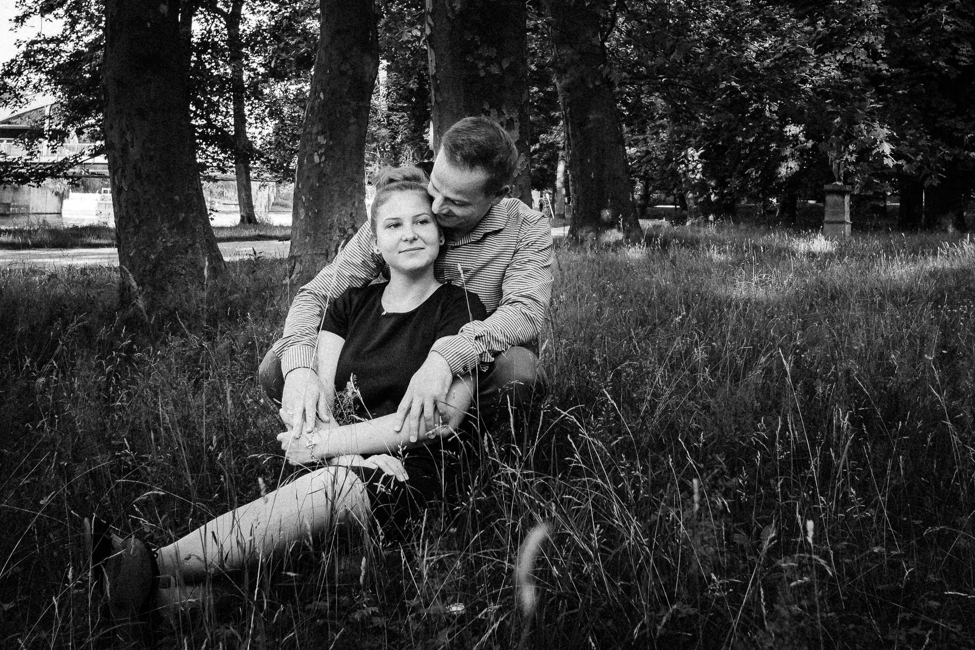 Paar in einer Wiese
