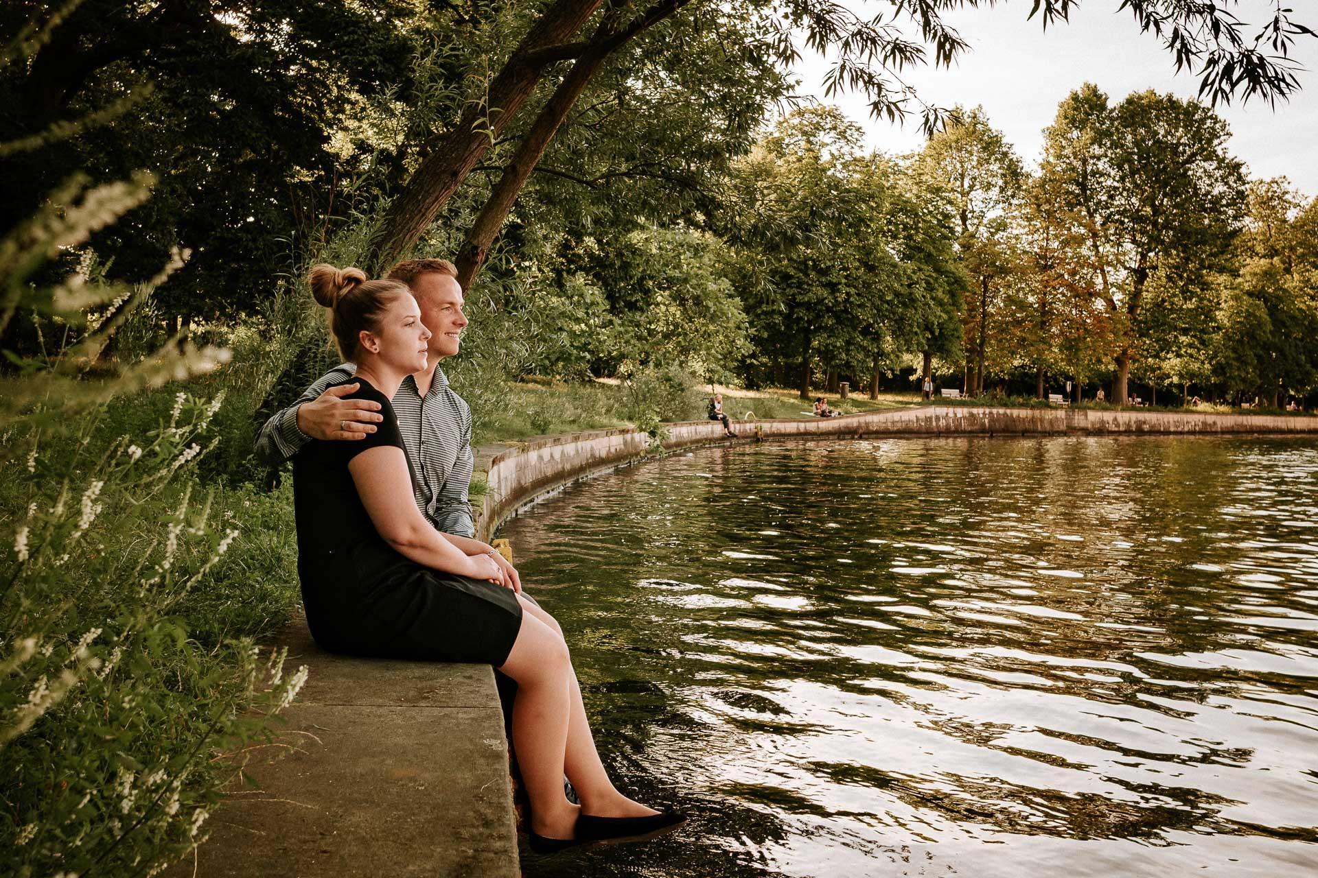 Paar am Ufer der Spree