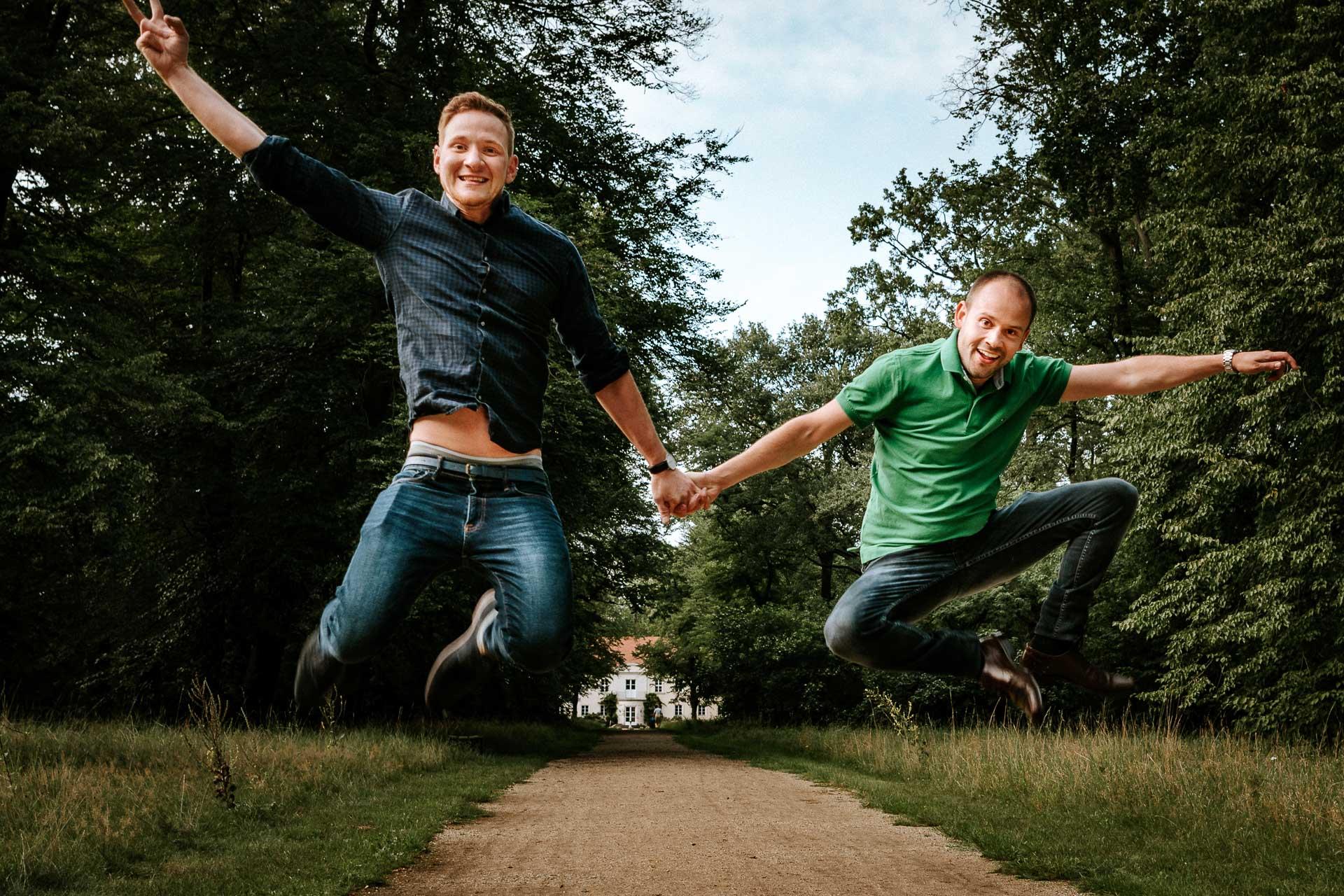 Paar springt in die Luft