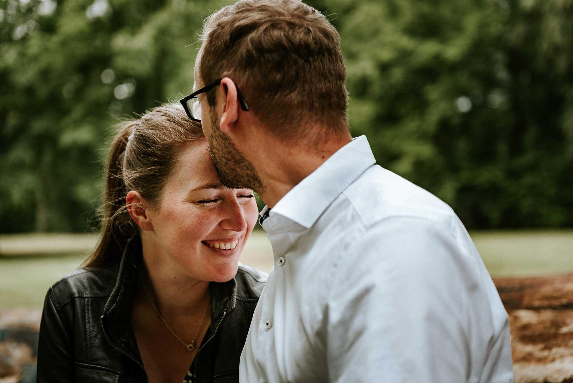 Kuss beim Verlobungsshooting