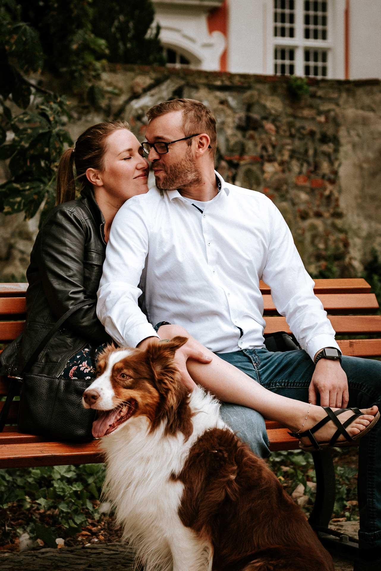 Paar auf einer Parkbank