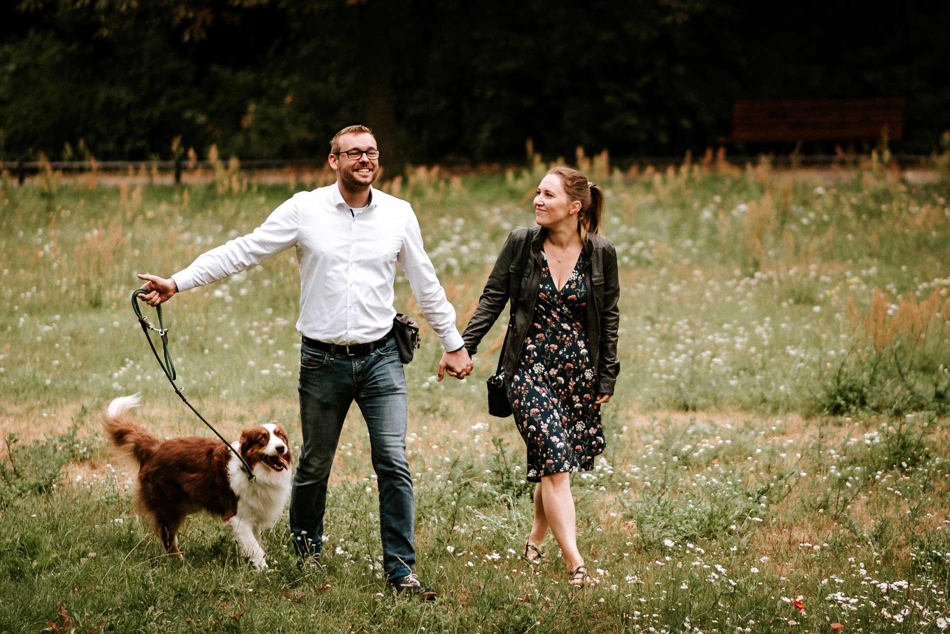 Paar spaziert mit Hund