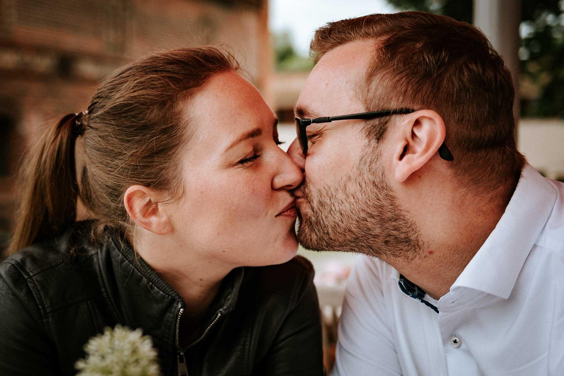 Küssendes Paar im Café
