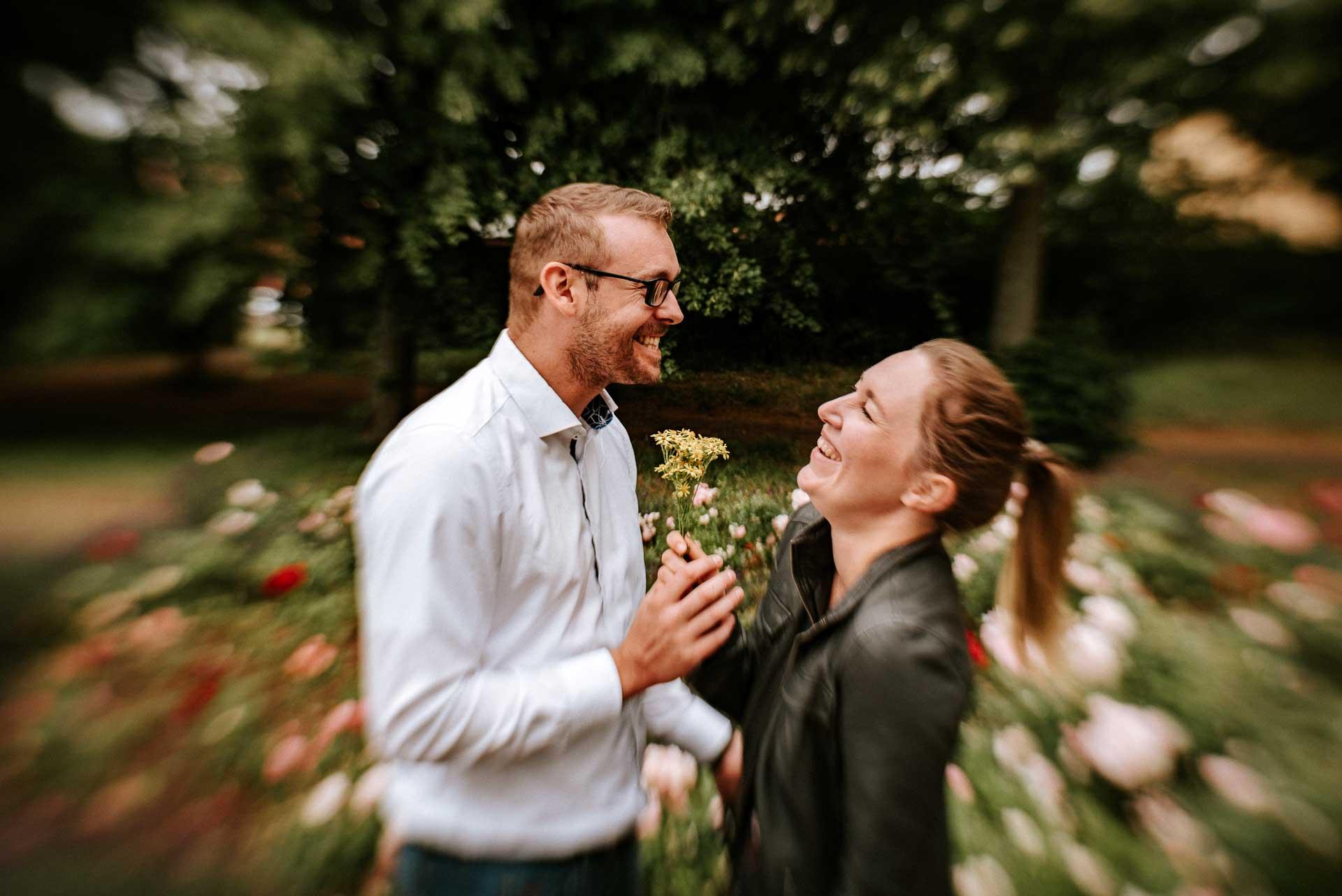 Lachendes Paar mit Blume
