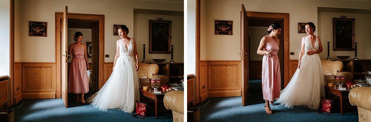 Braut mit Trauzeugin beim Getting Ready