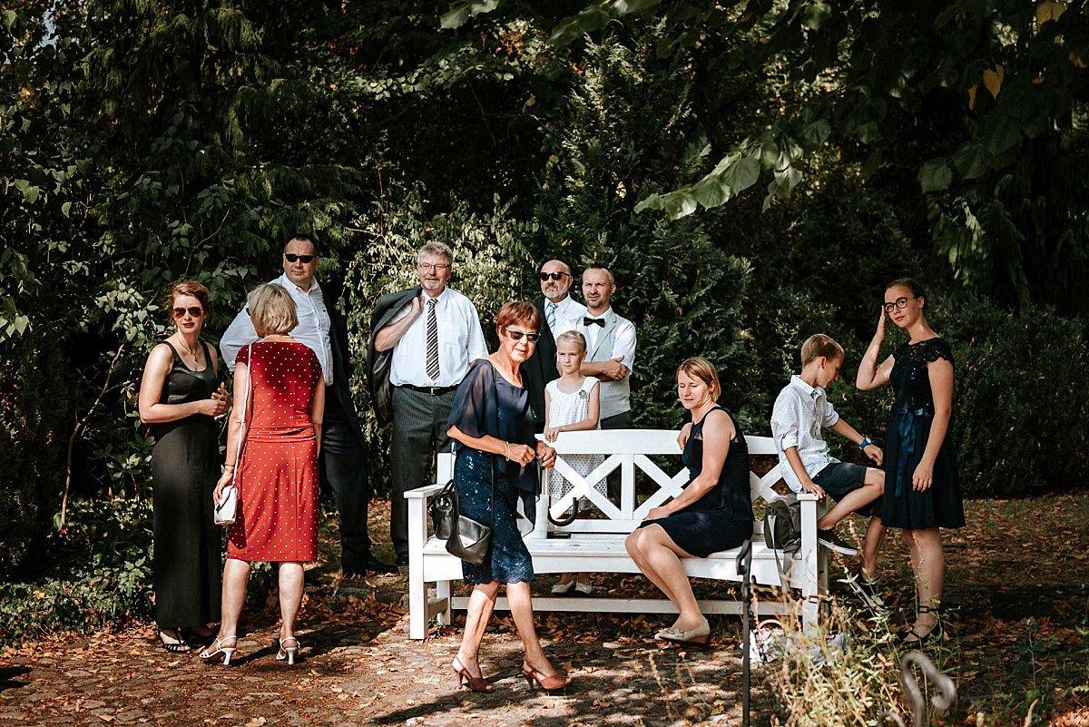 wartende Hochzeitsgäste