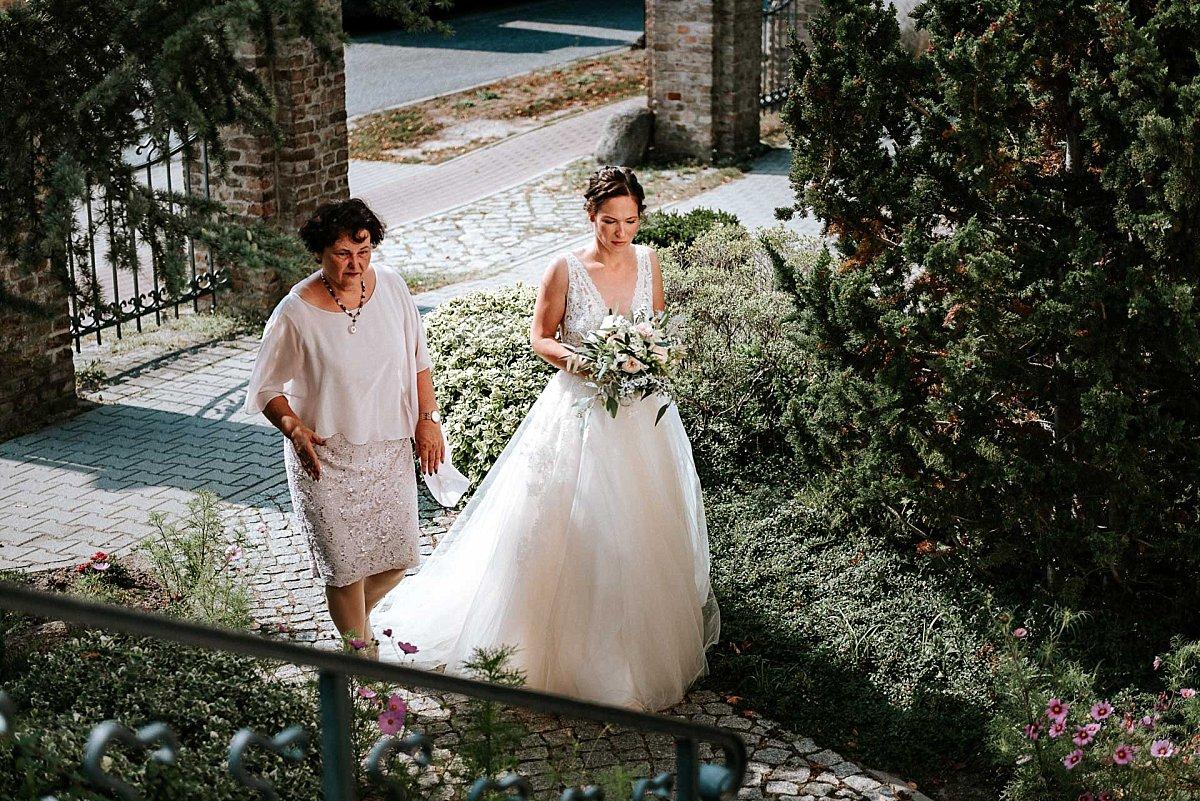Die Braut betritt das Standesamt