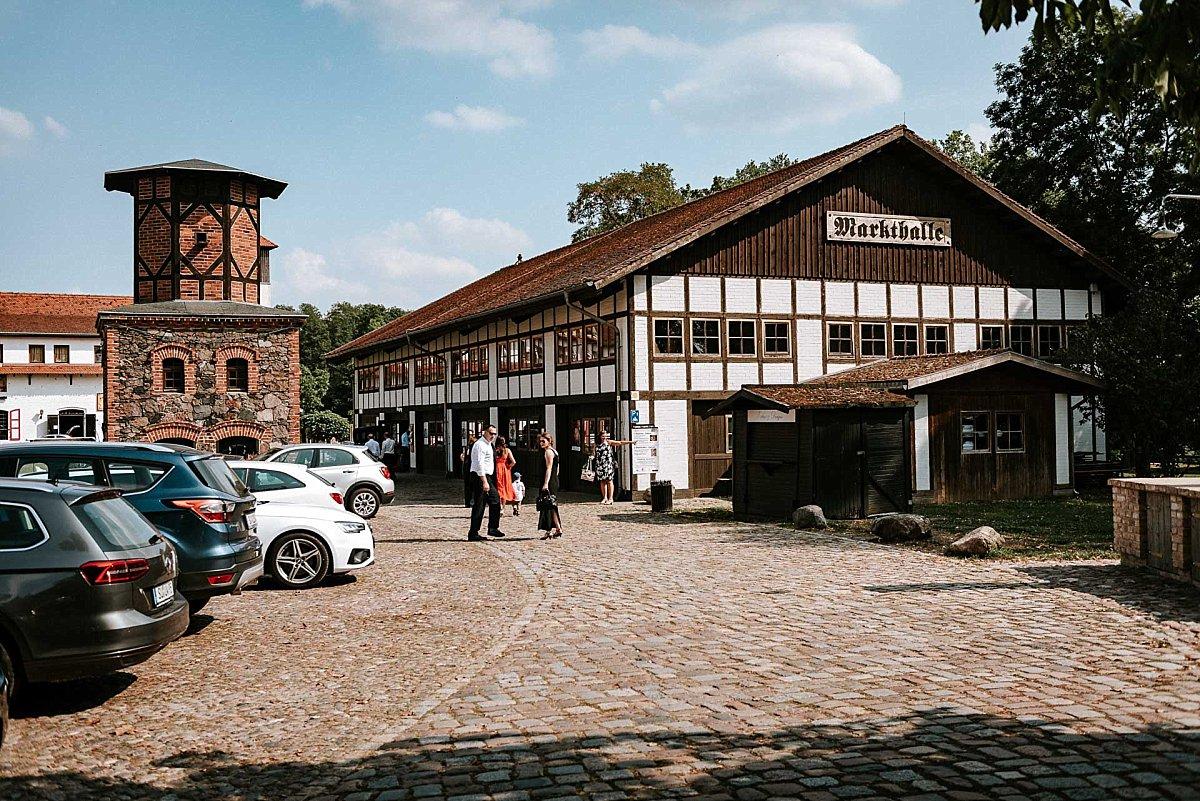 Ankunft auf Schloss Diedersdorf - Markthalle