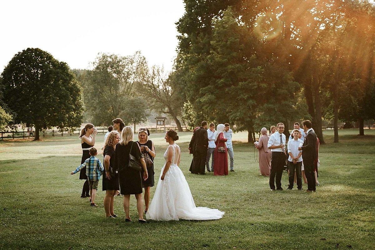 Hochzeitsgesellschaft im Gegenlicht