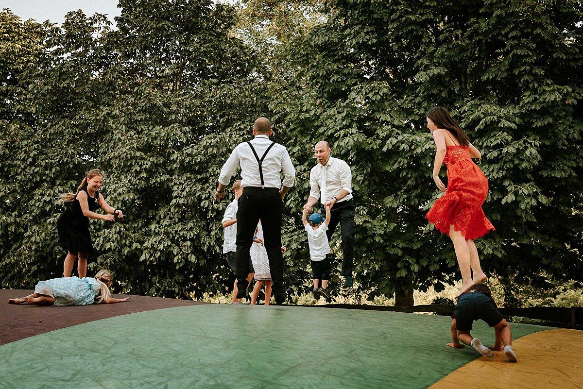Trampolin mit Hochzeitsgästen