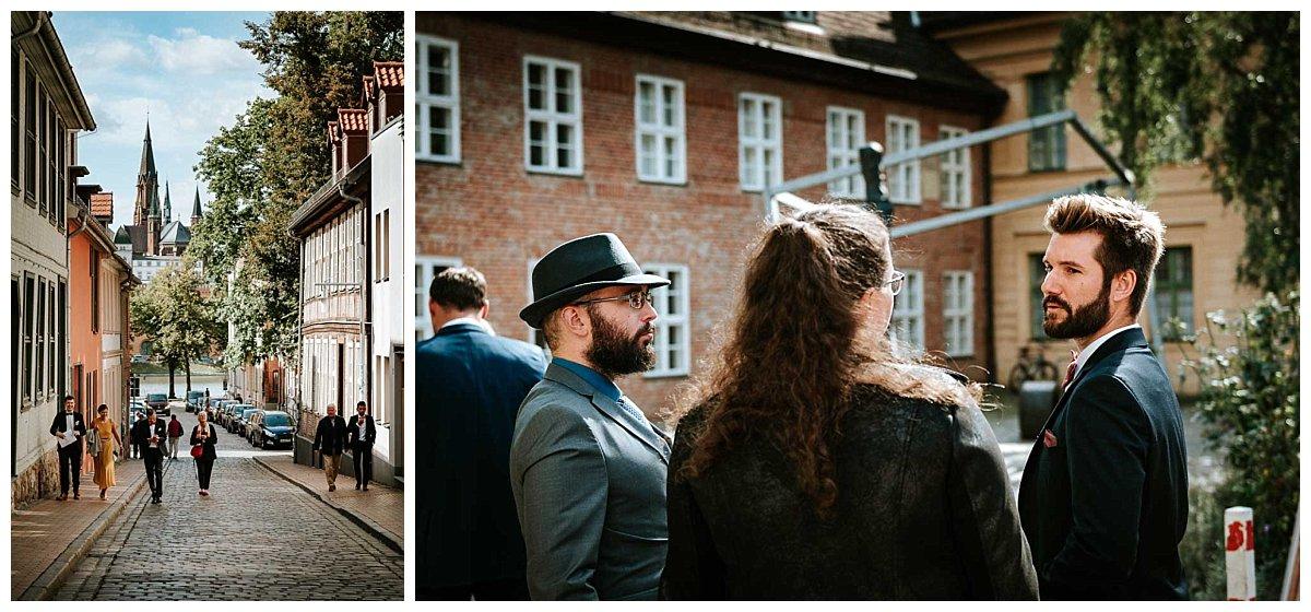 Hochzeitsgäste vor dem Schleswig-Holstein-Haus