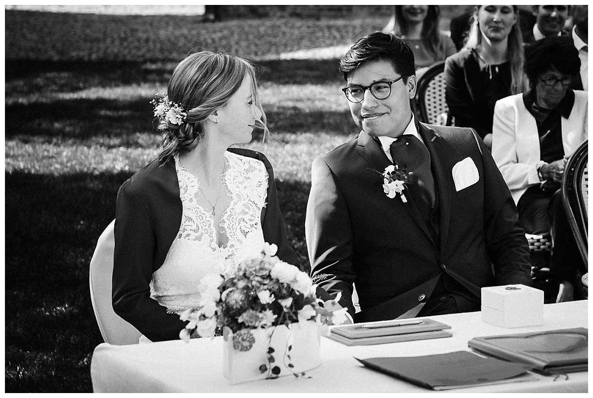 Brautpaar bei der Trauung im Garten