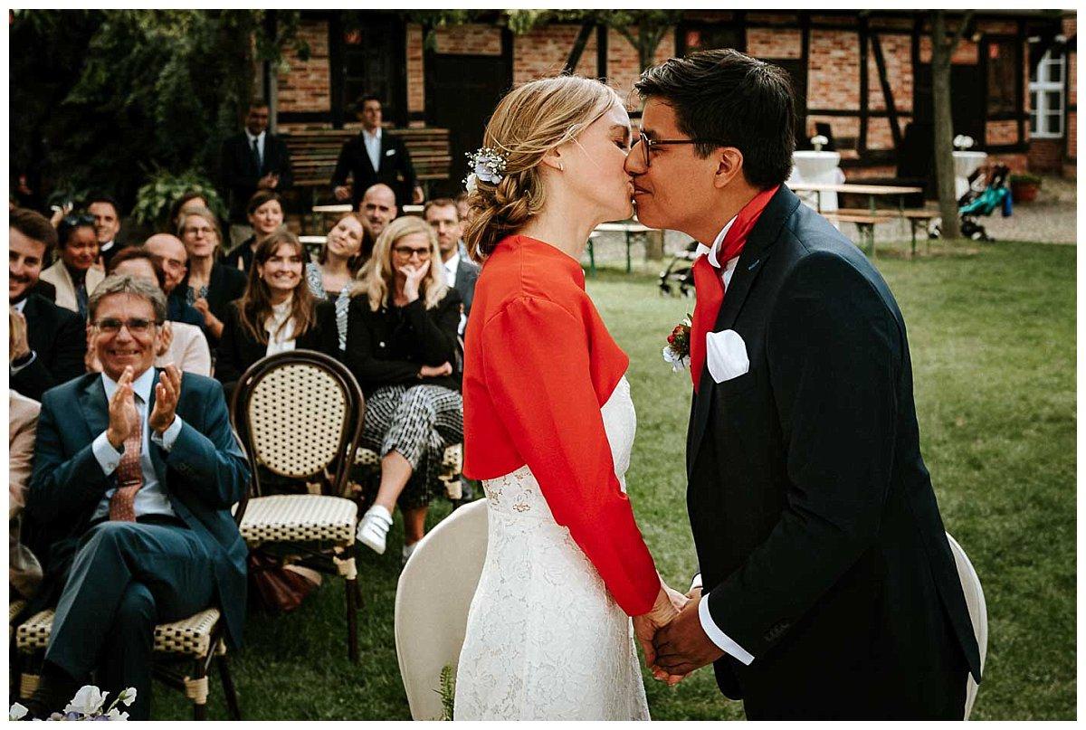 Erster Kuss nach der Trauung