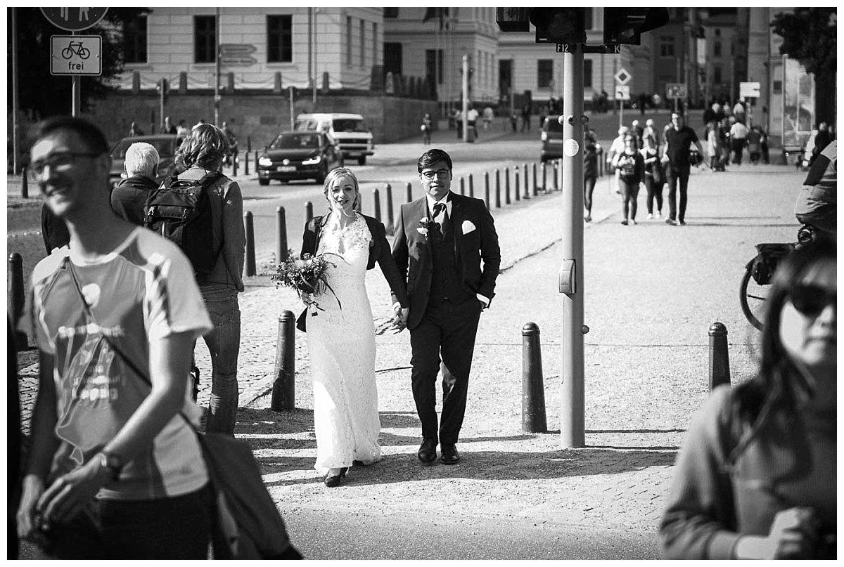 Das Brautpaar auf dem Weg zum Schweriner Schloss