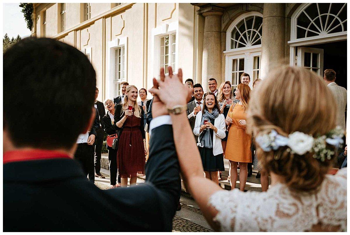 Begrüßung des Brautpaares durch die Hochzeitsgesellschaft