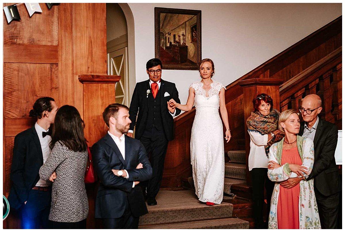 Das Brautpaar betritt die Halle