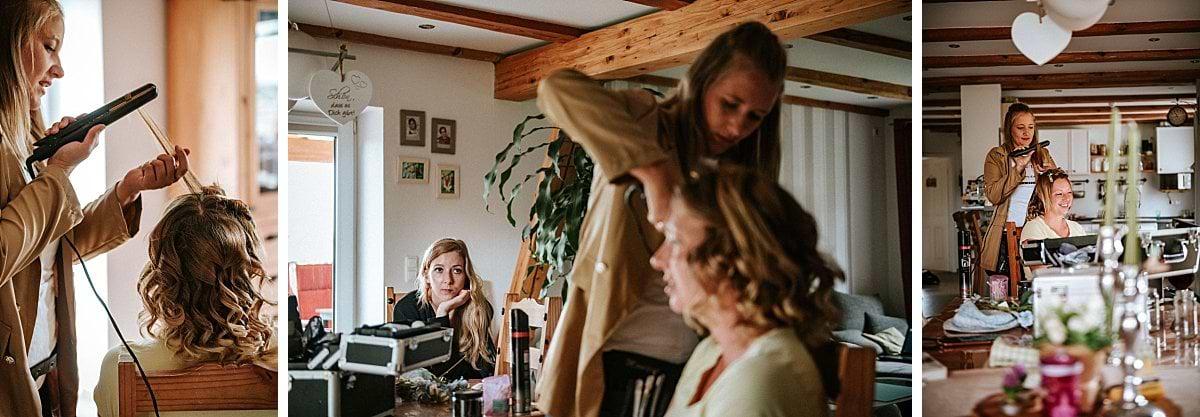 Trauzeugin mit Braut beim Getting Ready