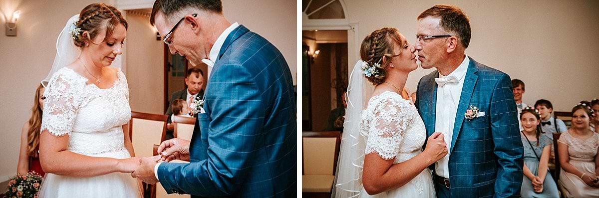 Erster Kuss des Brautpaares